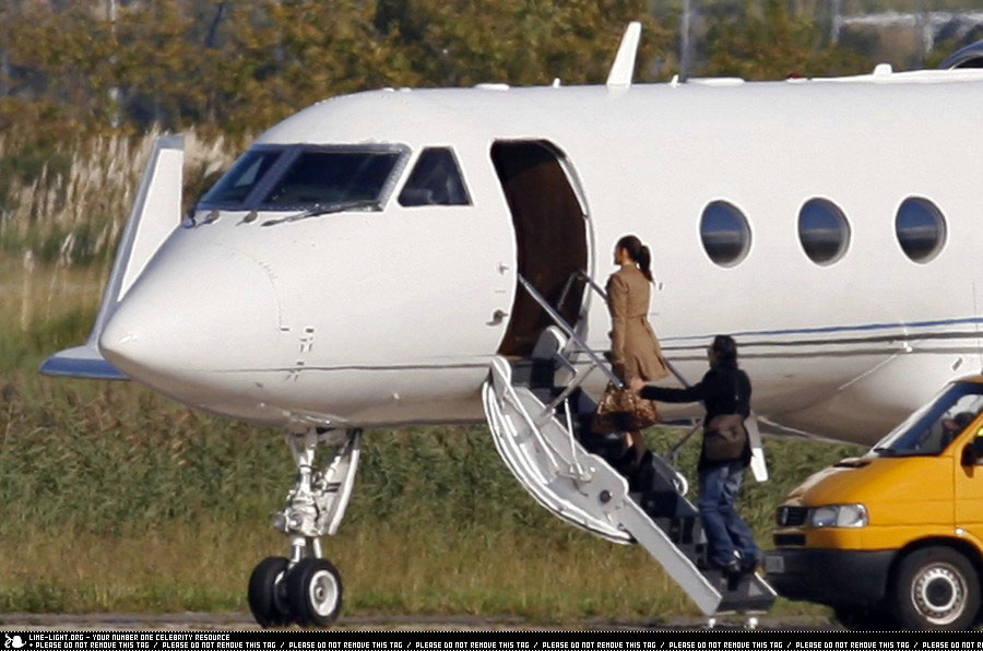 J. Lo & hubby Marc Anthony board private plane