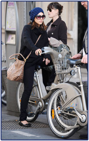 jessica alba, bike, paris, velib, eco-friendly