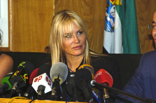 Daryl Hannah Speaks To Reporters