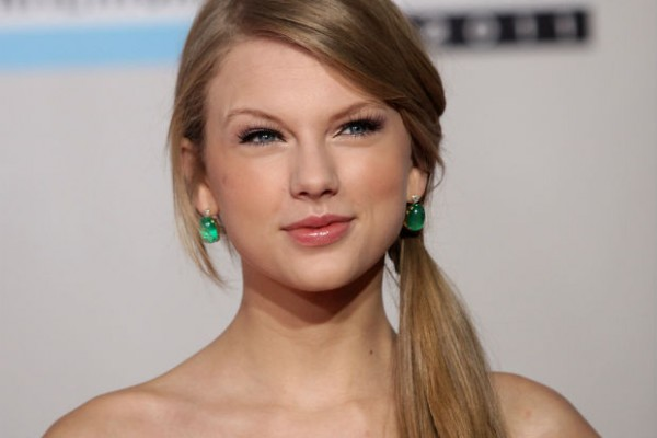Taylor Swift donates 14,000 books to Tennessee library