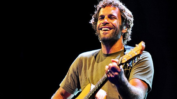 Jack Johnson performs for eco-minded students.