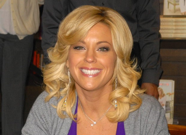 Kate Gosselin tweets anti pit bull message after her kids are photographed with the dogs.