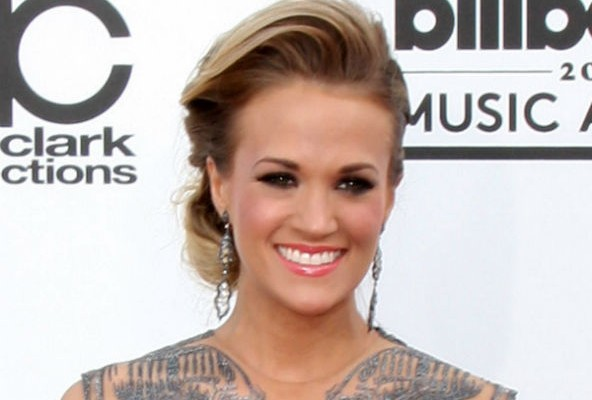 Carrie Underwood rescues bird with broken wing