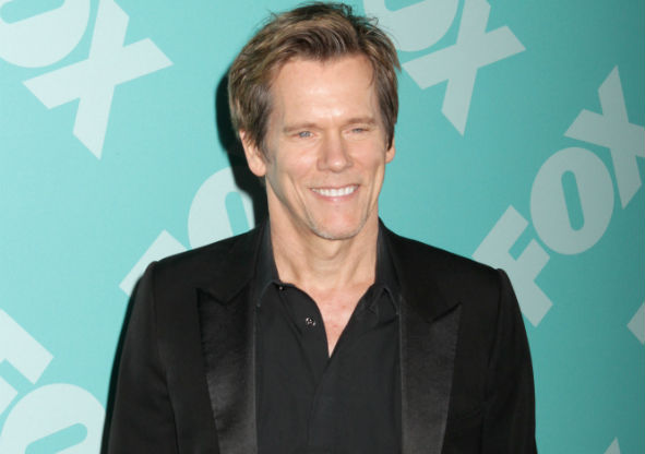Kevin Bacon kisses Pit bull for charity